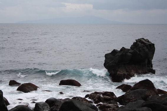 """Au loin dans la brume l'île d""""Ōshima"""