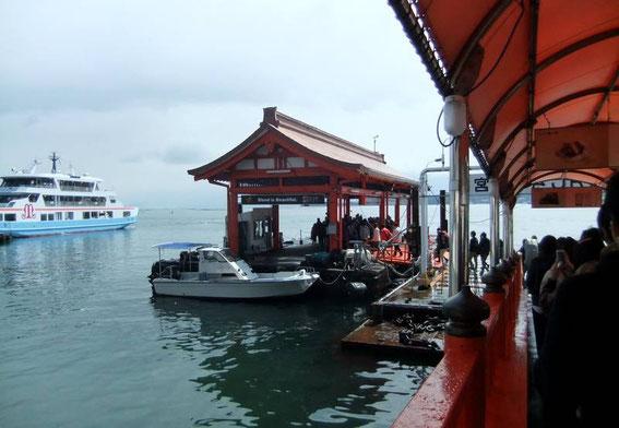 le ferry de la Matsudai arrive à quai (sur la gauche)