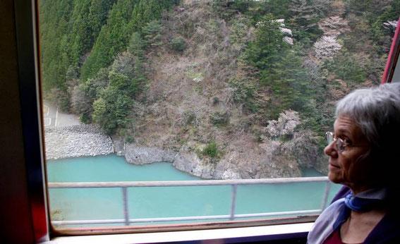 Franchissement de la rivière sur un étroit viaduc... peu après ABT Ichishiro station