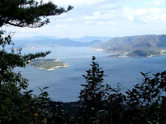 A gauche l'île de Onasabi (Nasamijima) et en arrière plan la grande île Nomi-jima (et ses petits ports)