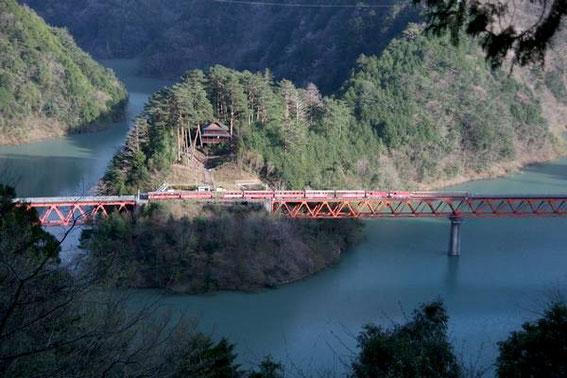 Le train ABT d'ikawa Line - Okuoi - le pont de l'arc-en-ciel