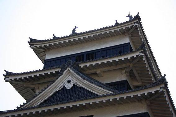 """Tenshu - le sommet - les """"carpes-tigre"""" protectrices (Shachi-hoko) placées sur le toit sont bien visibles"""