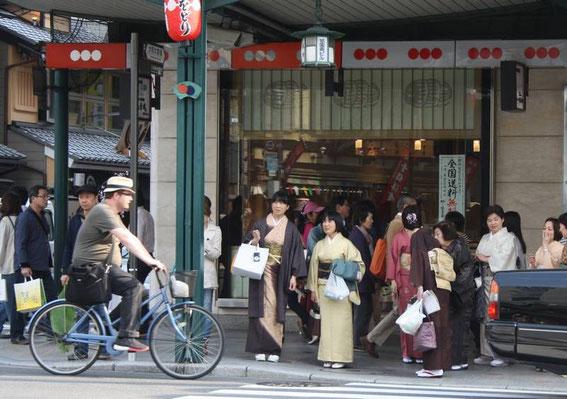 Les kimonos sont de sortie sur la Shijō-Dōri !