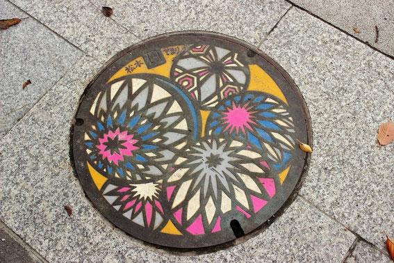 "plaque d'égout ""temari"" de Matsumoto"