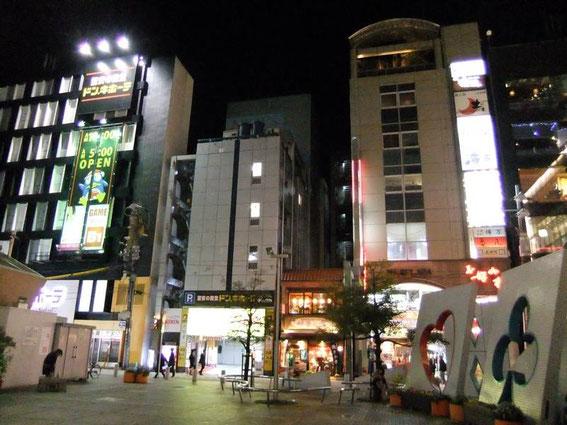 """Le """"Okonomiyaki-village"""" (Okonomi-mura) c'est cet immeuble sur la droite !"""