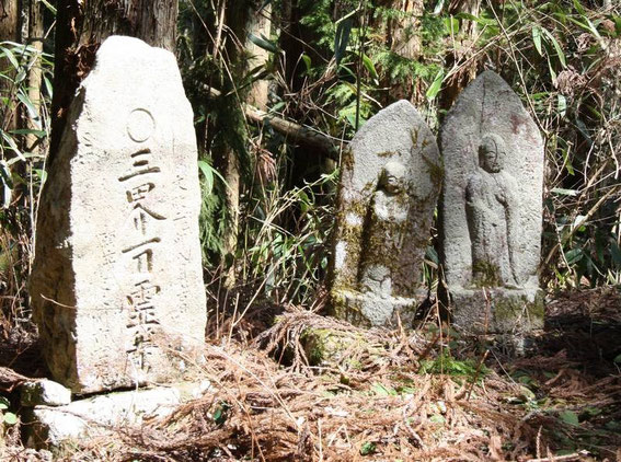 Jizō et pierre gravée
