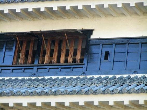 """Fenêtres """"grill"""" à gauche et yazama à droite"""