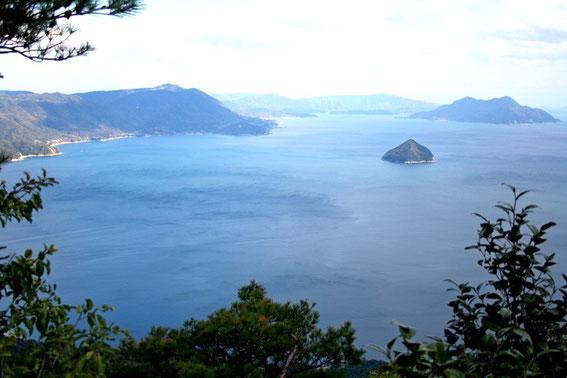 Kokurokamijima (la petite île pointue) et Okurokamijima au fond à droite