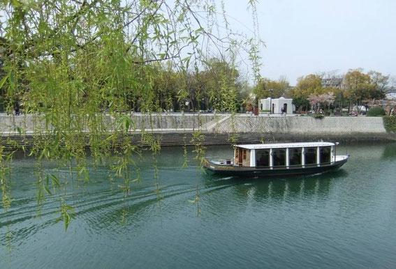 Devant le Dome de la Bombe, la rivière Ōta coule, paisible en ce matin d'avril