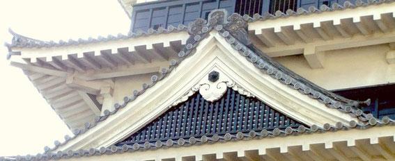 Matsumoto-jō : le chidori-hafu sur le tenshu (donjon)