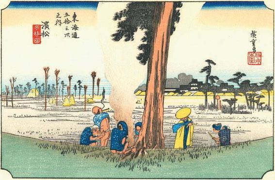 Hamamatsu en 1830 : la 23ème station du Tōkaidō (peinte par Hiroshige - série des 53 stations du Tōkaidō, édition Hoeido. Au loin on aperçoit le château d'Hamamatsu. Au premier plan des voyageurs se réchauffent au feu et se reposent