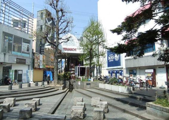 Placette Shin-Kyogoku de Sakuranocho proche d'une entrée du Teramachi