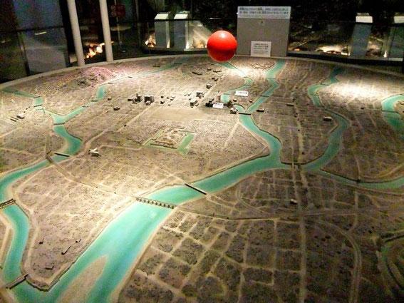 """Maquette de """"l'après"""" (la boule rouge est l'emplacement de l'explosion)"""