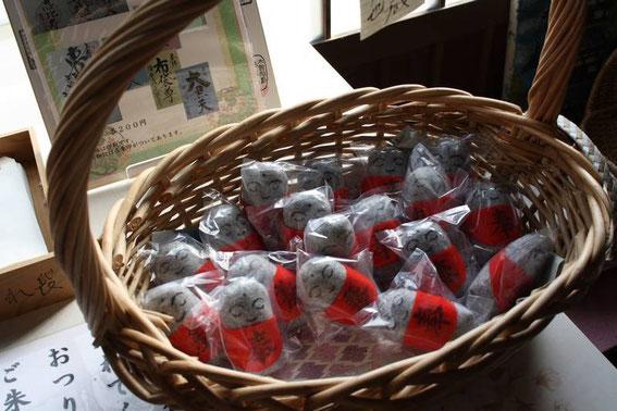Les petits jizō en feutre sont en vente dans le temple