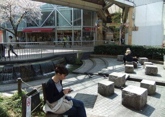 """Paisible placette ろっくんプラザ de Shin-Kyogoku (quartier Sakuranocho)... Point WiFi gratuit et magasin """"Olive des Olive"""" !"""