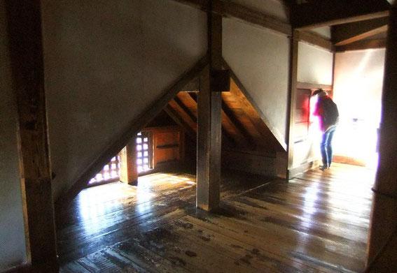 Le Chidori-hafu du 5ème étage vu de l'intérieur. De chaque côté on observe de petites ouvertures d'observation, peu visibles de l'extérieur