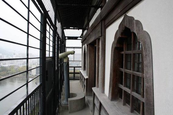 """Depuis le dernier étage du donjon, avec ses fenêtres caractéristiques """"en bouton"""""""