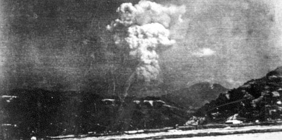 Ce cliché en noir et blanc, retrouvé dans une école de la ville, aurait été pris au sol près de 30 minutes après l'explosion nucléaire.