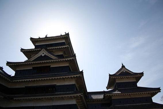 le tenshu (à gauche) et le Inui-Kotenshu - donjon secondaire de l'aile Nord (à droite)