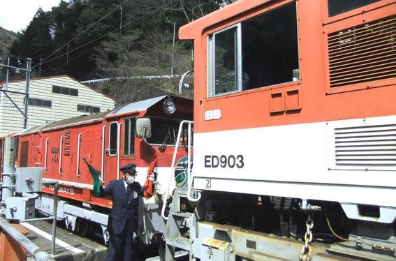 Accrochage de l'énorme machine à notre petit train...