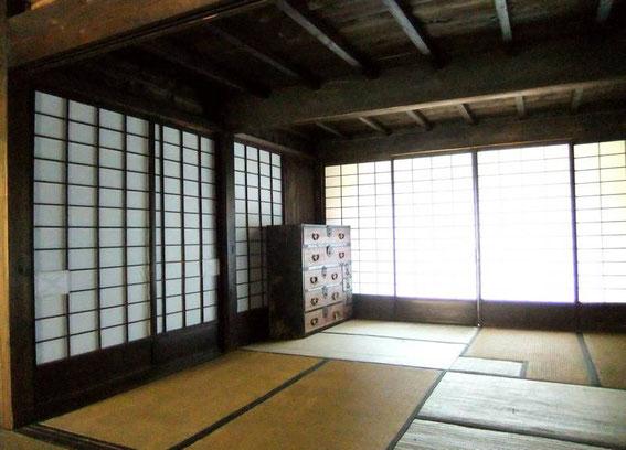 """Pièce de repos. On peut noter les """"réparations"""" des cloisons en papier ainsi que des tatamis"""