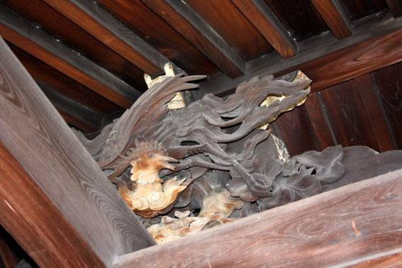 Détail de sculpture sur bois sous charpente