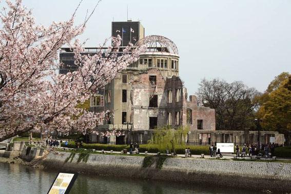 A droite du Dome, près de la pancarte des gens écoutent Mito Kosei