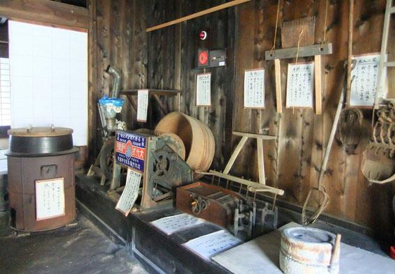 Différentes machines-outils dont un petit moulin en pierre pour moudre la farine et un fourneau primitif