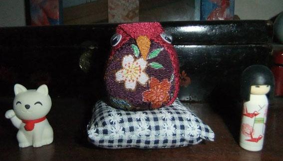Encore une chouette en tissu cette fois et deux petites gommes sympathiques (manneki neko et poupée kokeshi)