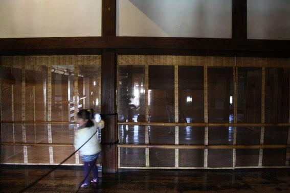"""Les """"Chambres du Seigneur"""" séparées du musha-bashiri (le corridor pour les guerriers) par des panneaux de voilage fin"""