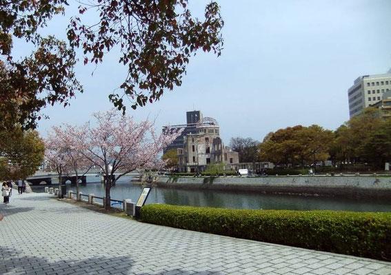 Les berges calmes de la rivière Ōta