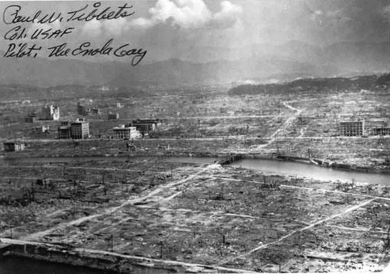 """Les ruines d'Hiroshima (photo dédicacée par le colonel Tibbets, commandant du bombardier B-29 baptisé du nom de sa mère """"Enola Gay"""", qui largua la bombe)"""