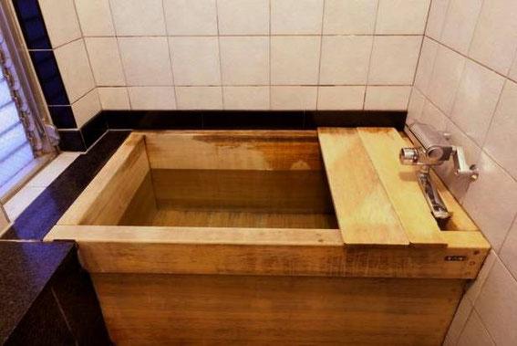 Avant d'entrer dans le bain, il et obligatoire de se laver et se frotter avec le savon mis à disposition et bien se rincer. Le bain c'est pour la relaxation !
