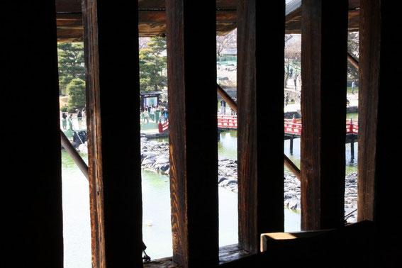 Vue sur le Uzumi-bashi (pont rouge) depuis un tategoshi-musha (fenêtre grill) du 2ème étage