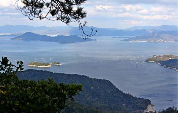 Mer intérieur îles et îlots : au premier plan à gauche Enojima et ses parcs à huîtres et à droite l'île de Onasabi (appelée aussi Nasamijima). En arrière plan à gauche : Ninojima