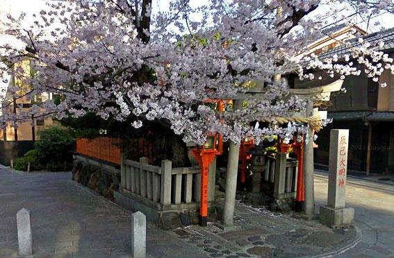 Gion Tatsumi Daimyojin Shrine à l'entrée de Shinbashi-Dōri