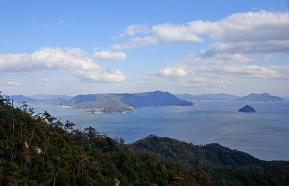 La mer intérieure de Seto et les îles de Nomijima (à gauche) Kokurokamijima et Okurokamijima à droite