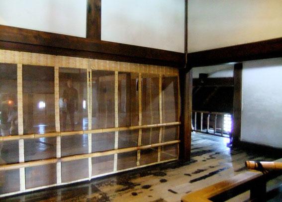 """Les """"Chambres du Seigneur"""" et le musha-bashiri qui en fait le tour. Légèrement en contrebas on aperçoit la seule """"fenêtre-grille"""" de l'étage caché, orientée au Sud."""