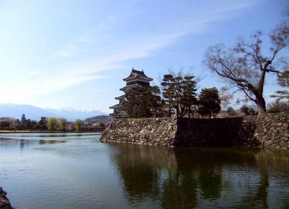 Le Tenshu et les douves depuis la file d'attente devant l'entrée du Kuro-Mon