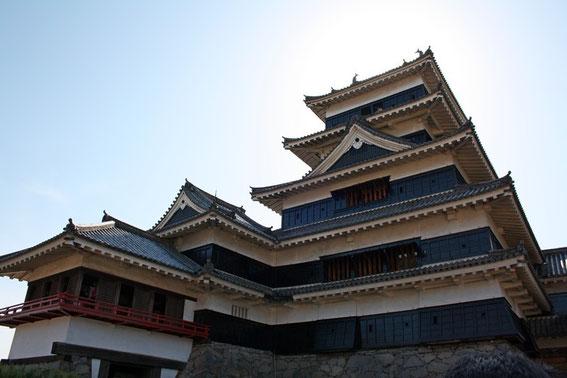 Sous le Tenshu (donjon). A sa gauche, le  Tatsumi-tsuke-yagura (donjon secondaire de l'aile Sud) et le Tsukimi-Yagura : le pavillon d'observation de la Lune