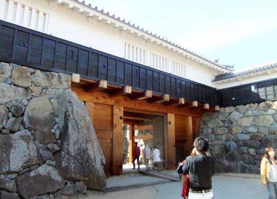 """Taikō-Mon : à l'intérieur du masugata, la porte intérieure (yagura-mon), la pierre """"Gemba"""" (à gauche) et les """"sama"""" (ouvertures) défensifs au-dessus du portail"""