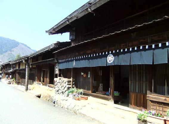 """Terashita : ses habitations,   ses étables et écuries, et ses auberges d'aujourd'hui et d'hier (la 2ème """"maison"""" est l'auberge Kami Sagaya - cf. ci-dessous)"""