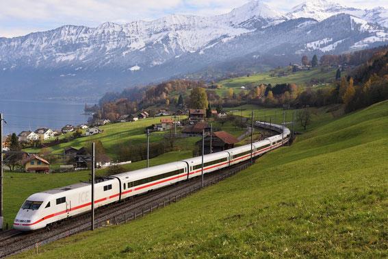 ICE 275 mit Tz 87 am 15.11.16 zwischen Spiez und Leissingen vor der Kulisse des Berner Oberlandes