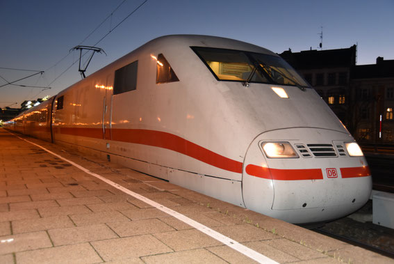 ICE 800 mit Tz 52 Hanau und seinem Ersatzkopf 568 am 02.12.16 im abendlichen Altona nach seiner Ankunft