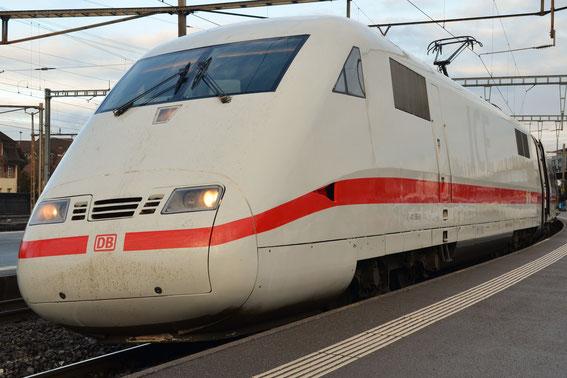 Auf in die Berge: ICE 1061 von Basel nach Interlaken, hier am 05.02.16 der geputzte Tz 85 in Spiez mit den ersten Sonnenstrahlen des Tages