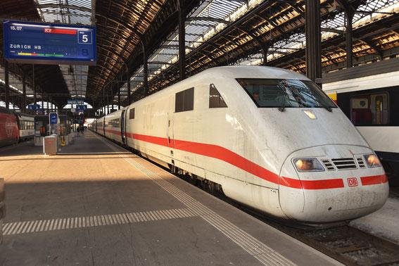 """ICE 73 mit Tz 78 Bremerhaven am 19.12.16 in Basel SBB; """"Geschätzte Fahrgäste, das Team der SBB begrüßt Sie im ICE auf der Fahrt nach Zürich""""."""
