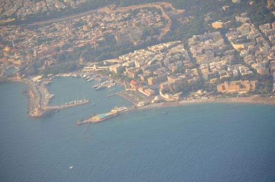On final on the north-east route close to Rhodes-Mandraki-Harbour, 25.08.15. Der Koloss von Rhodos erwartet jedes Schiff, das den Hafen ansteuert. Die Altstadt lädt zum Besichtigen und Bummeln ein.
