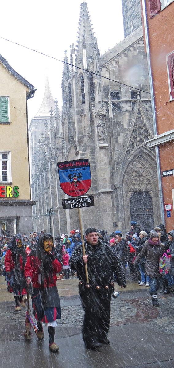 Die Reutlinger Gretle-Hexa vor der Marienkirche - und dann weg aus dem Schneegestöber: