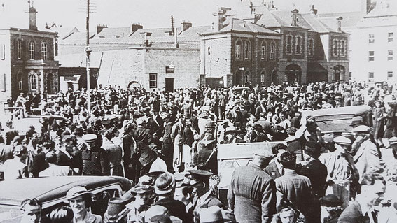 Evacuation scenes at the Weighbridge, St. Helier, 20. June 1940