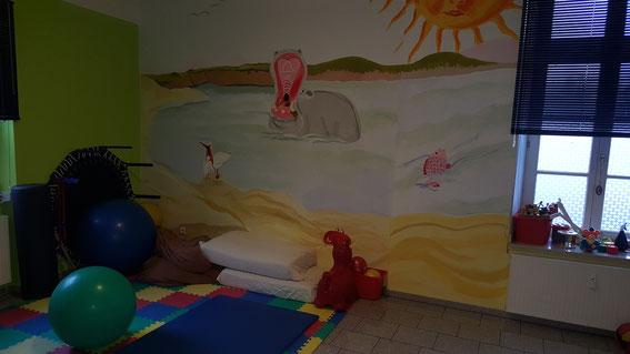 Das Kinderzimmer mit einer großen Bobathbank geeignet für Vojta und Bobath mit Kindern und Erwachsenen